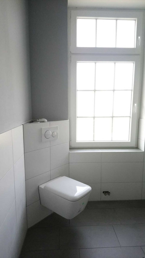 moderne Toilette in neuen Bad