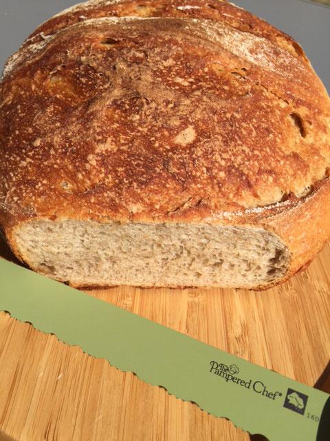 Mein Besenbrot - gebacken im Ofenmeister von Pamperedchef® Dieses Brot wird traditionell in Besenwirtschaften in Baden-Württemberg serviert. Ein sehr leckeres knuspriges Brot das innen sehr fluffig ist. Dieses Brot hält sich tagelang sehr frisch ♥