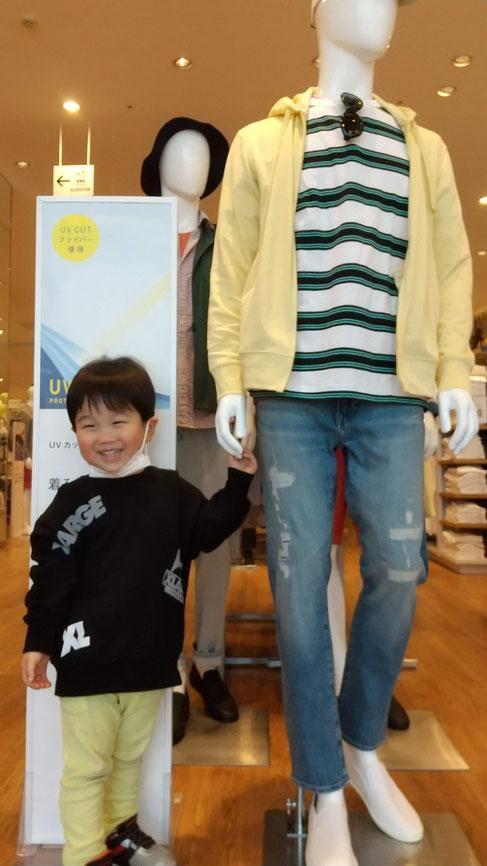 マネキンと手をつなぐ子供の写真