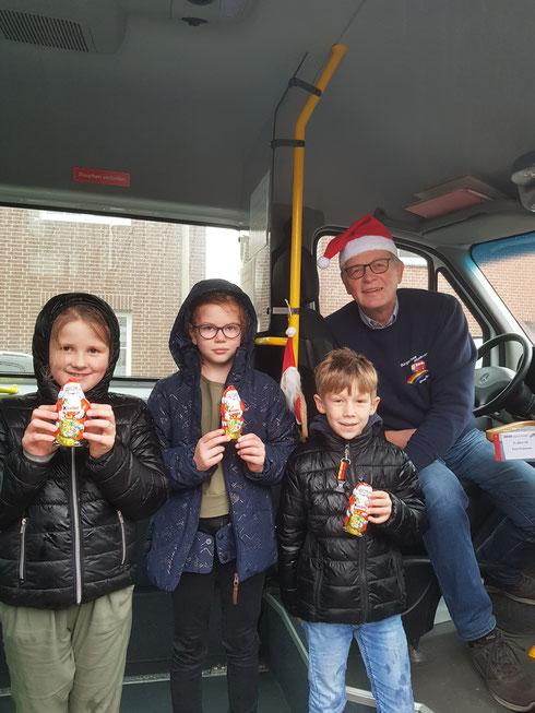 Der Nikolaus war im Bürgerbus - es freuen sich Cara, Hannah + Joost