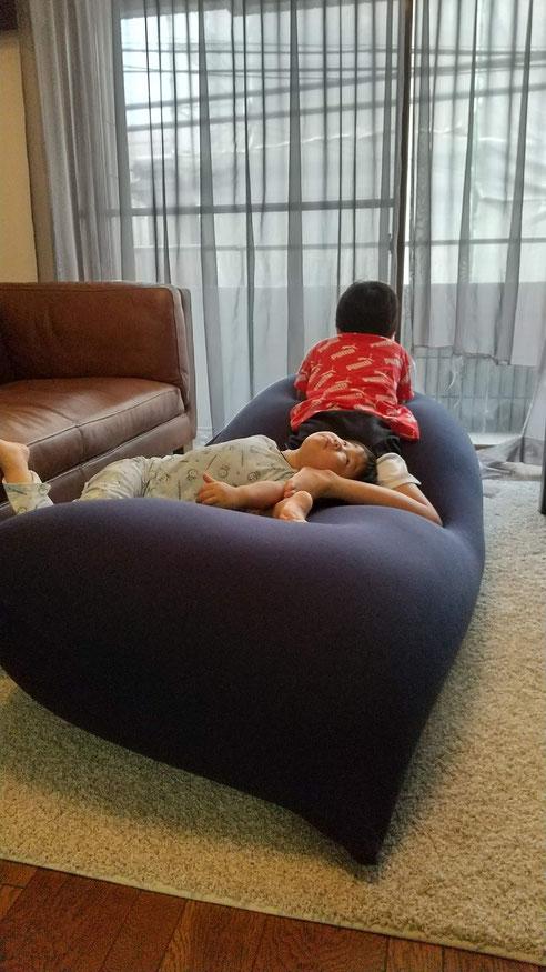 リラックスする兄弟の写真