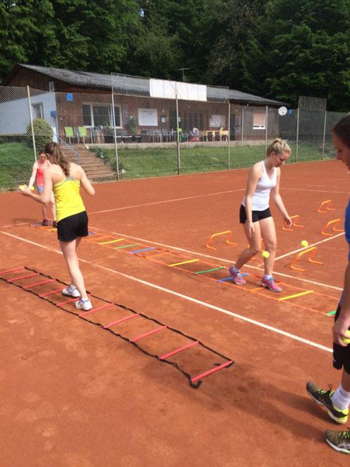 Zusätzlich zum Tennistraining gibt es auch Fitness und Koordinationstraining