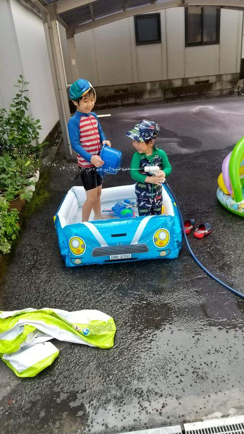2人でプールに入る写真