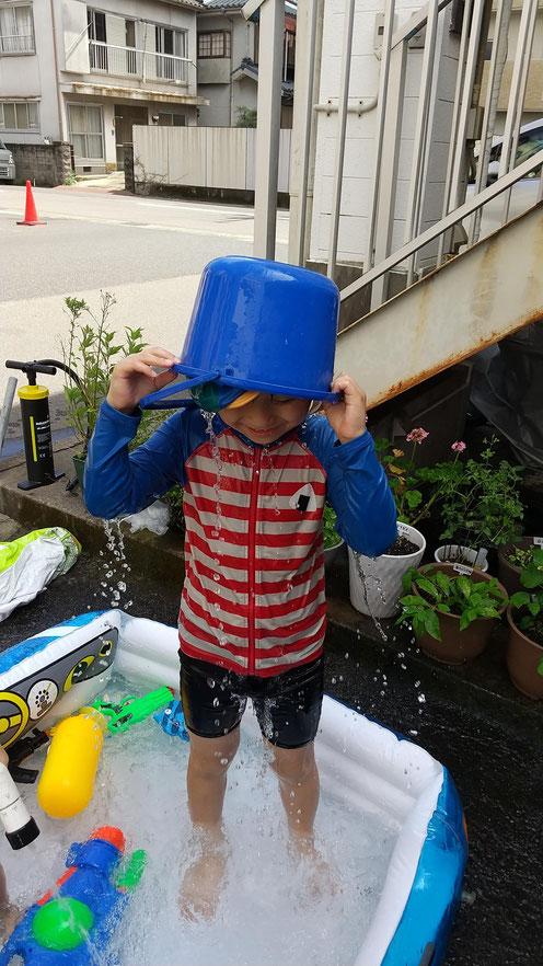 頭から水をかぶる長男の写真