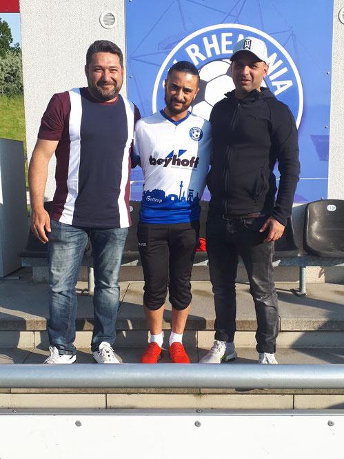 Mustafa Jamaa mit den sportlichen Leitern Özay Kaymakci (li.) und Ibo Omeirat (re.)