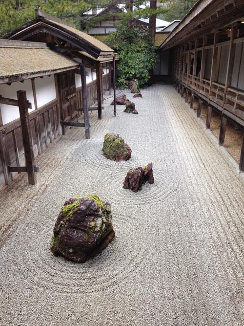 Jardín seco de un templo del monte Koya.