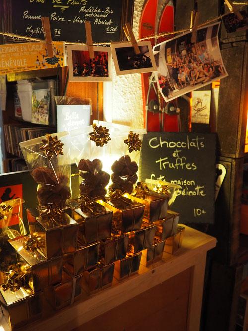 Chocolats maisons, bons bouquins, deux soirées concerts, bières artisanales et nature tranquille... vont faire de ce weekend (maussade et de cohue en bas) un  moment plutôt agréable à la Gélinotte de Freydières !