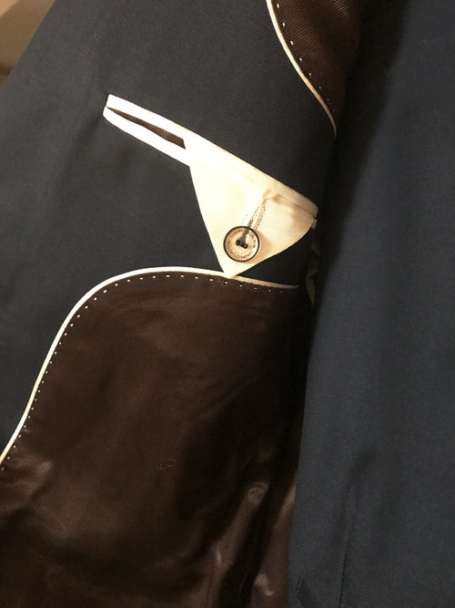 届いたスーツ。白のステッチが全部手縫いなことに驚きました。