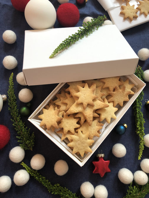 xmas christmas božič prazniki holidays gift wrapping felt balls schleich tiere star zvezda zavijanje daril geschenke verpacken weihnachten pferd reh kugel schachtel buntbox gift box kekse keksi cookies