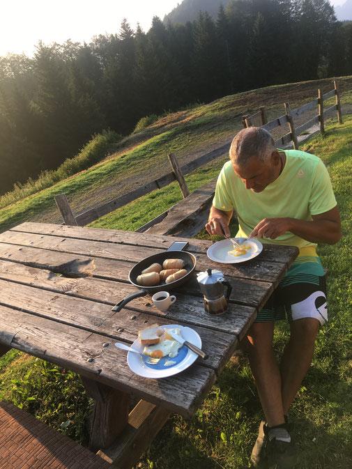 Friedliches Frühstück. Wir haben dann jeder 20,-€ zurückgelassen.