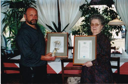 """Verleihung """"goldene Verbandsnadel"""" anlässlich des 100-jährigen Bestehens des Zwinger """"Pöttmes"""" (rechts: Frau Franzi Heinen)"""