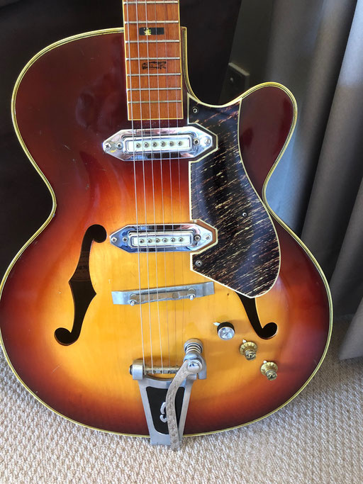... Mark`s 425 again. Like Rashid`s blonde 425 guitar (above) it has an aluminum bridge. We are not sure if it is original or not ...
