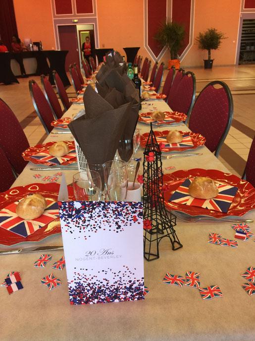 """Le dimanche 02 décembre était organisé un grand repas au château des Rochers. Les tables étaient magnifiques. Merci à """" Les Temps d'Arts"""" pour leur participation active, ainsi qu'aux bénévoles de l'association."""