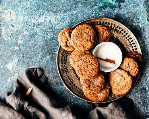 Selbstgebackene Kekse, präsentiert auf einem Teller