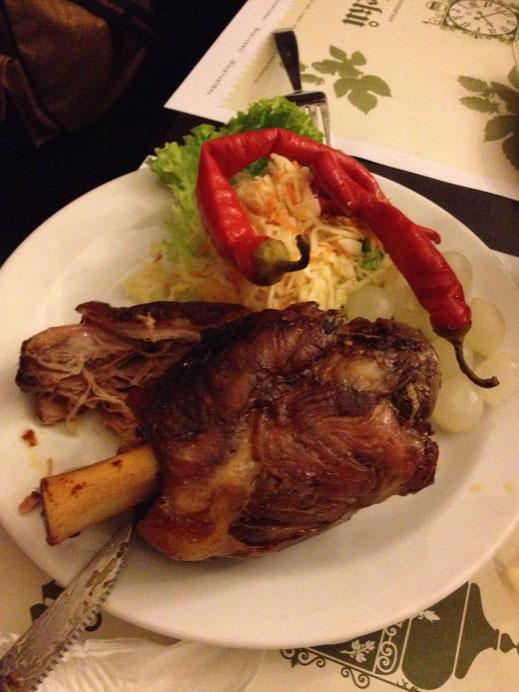 Typisches tschechisches Gericht: Grillhax´n mit Krautsalat