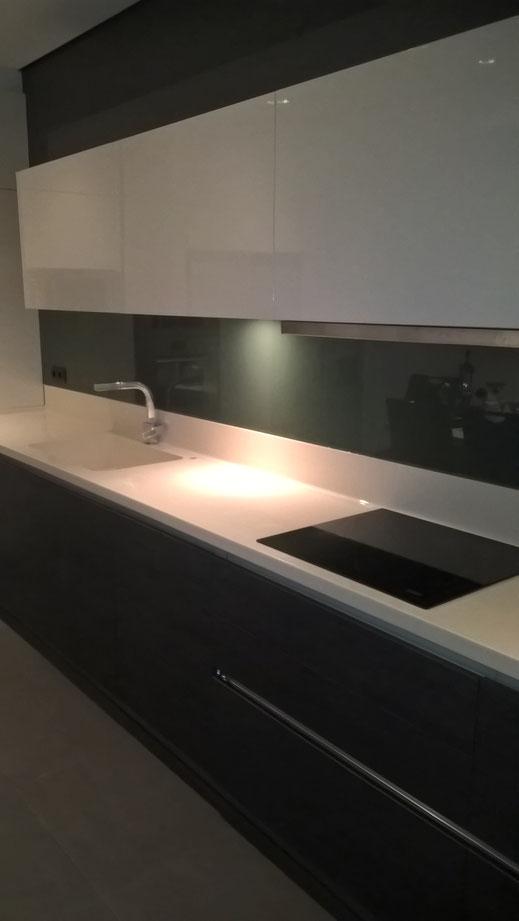 Κρύσταλλα securit βαμμένα για τον τοίχο της κουζίνας, την πλάτη της κουζίνας. Κρύσταλλα κουζίνας πάγκου σε κουζίνα