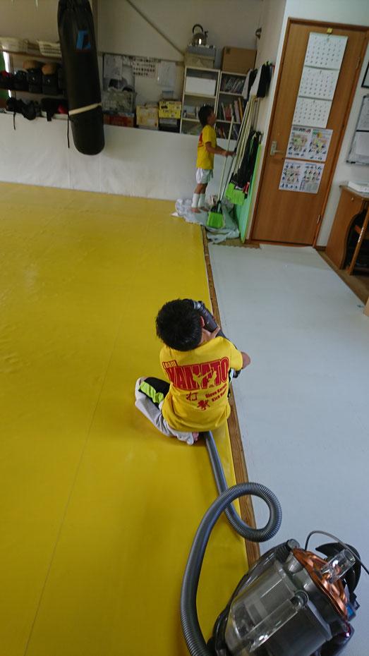 teamYAMATO奈良新大宮支部では、キックボクシングの練習後に感謝を込めて掃除をしています。