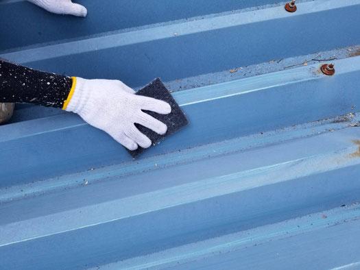 養老町、大垣市、平田町、南濃町、海津町、上石津町、輪之内町で屋根折板塗装工事中の屋根塗装工事専門店。養老町大巻で屋根折板塗装工事/ケレン作業中