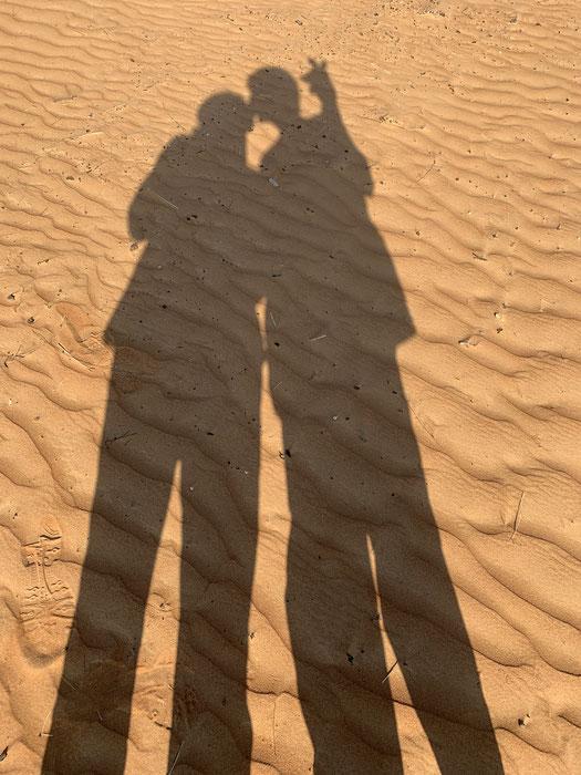 """Der """"Guten-Morgen-Kuss"""" in den Dünen - und ich halte Wacht, dass niemand schaut :-)"""