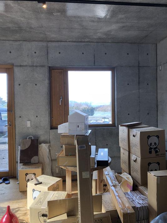 1月7日の当事務所の新事務室。開梱もそこそこに仕事に手をつけたが為のカオス。