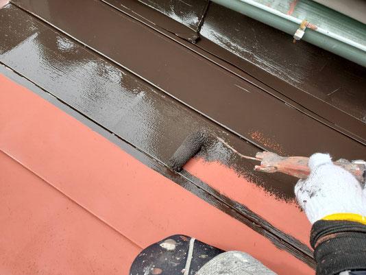 養老町、大垣市、平田町、南濃町、海津町、上石津町、輪之内町で屋根塗装工事中の屋根塗装工事専門店。養老町柏尾で屋根塗装工事/中塗り作業中