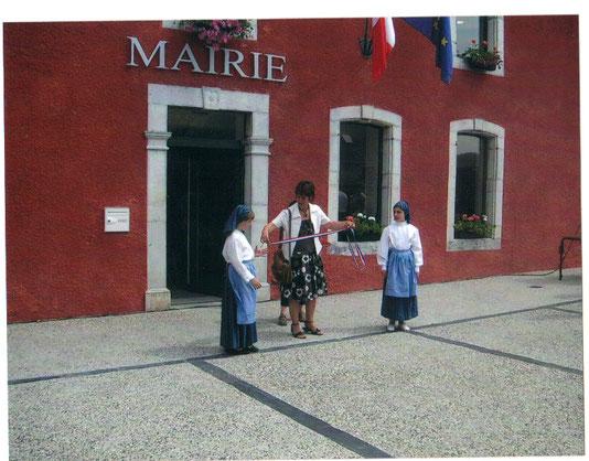 Mme Jeanine Caillabet en pleine préparation du ruban ( photo Céline Caillabet)