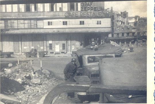 Stuttgart 21 04 1945 René Rivière avec la gourde dans les mains dans le Dodge