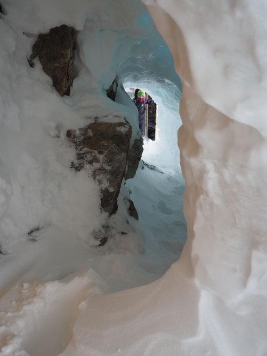 Le plus court chemin pour relier le refuge et ses toilettes fait 11 mètres. Et il a fallu creuser ces 11 mètres dans de la neige bien tasseéeet dure ! Merci pour tous les coups de main.