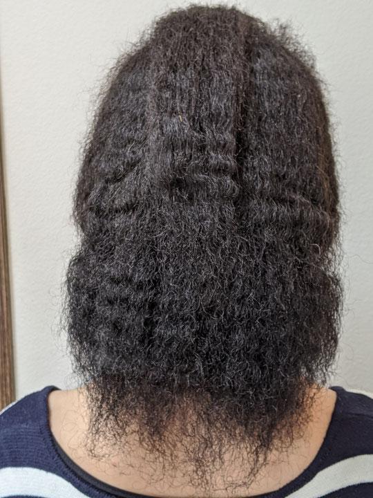 強いねじれ、極度の撥水毛で乾燥毛、毛髪に太いところ細いところが複数あります。
