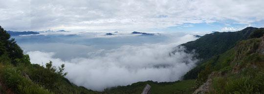 Il lago, a sinistra e il mare (di nuvole) salendo alla Cima Morissolo