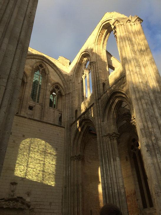 Les belles voûtes gothiques de la croisée du transept de l'abbatiale Notre-Dame, aujourd'hui en ruines, à l'abbaye de Saint-Wandrille