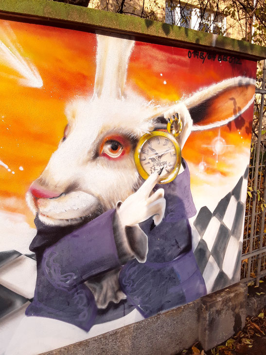 """Der Hase aus """"Alice im Wunderland"""" wartet schon auf uns, an der Haydnstraße. Die Hoffnung stirbt zuletzt doch nicht!"""