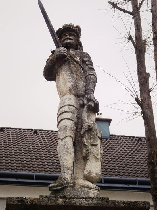 Obergrafendorf, sog. Prangerhansl, Statue aus Sandstein mit Sockel. Zustand: Sockel instabil, starker Moos- und Flechtenbefall, Steinoberfläche partiell abgewittert.