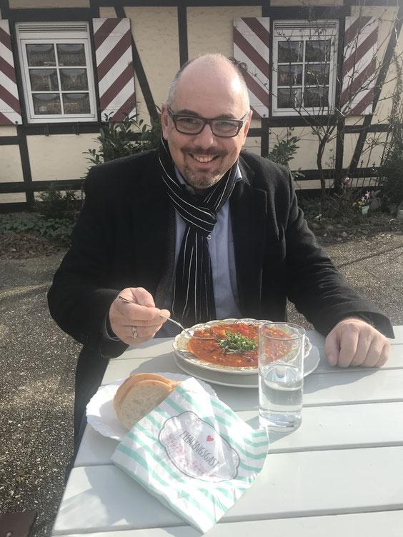 Auch Bürgermeister Stefan Hemmerich schmeckt unser hausgemachtes Chili, schön scharf und garantiert Coronafrei.