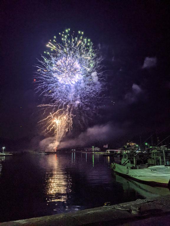 海と漁船と花火