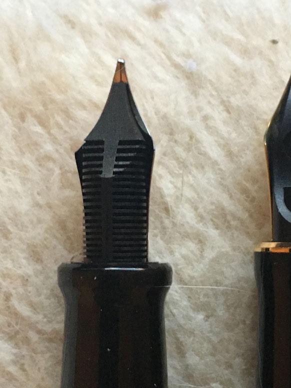 Aurora 14K, rhodiniert OM mit Hartgummi-Tintenleiter (Modell 2019)