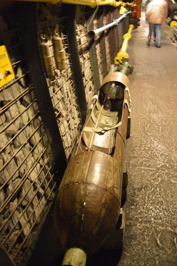 """In solchen """"Torpedos"""" wurden verletzte aus dem Schacht geborgen."""