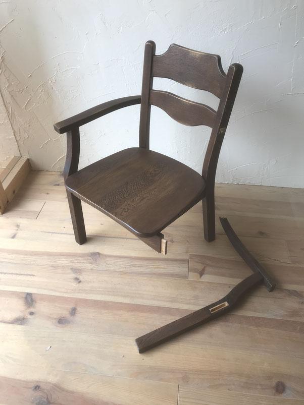 脚が外れた食堂椅子