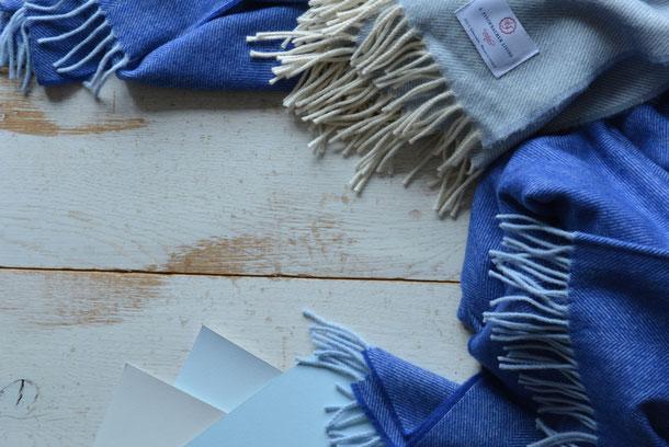 Kombinationsempfehlung Schurwolldecke blau und Boden beig mit hellblauer Farbe sowie weiß