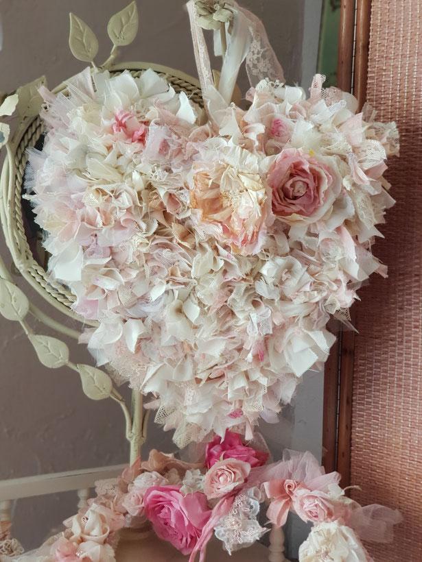 Mooi hart gevuld met oud frans kant en mooie stof, de rozen zijn van papier gemaakt. Op bestelling.