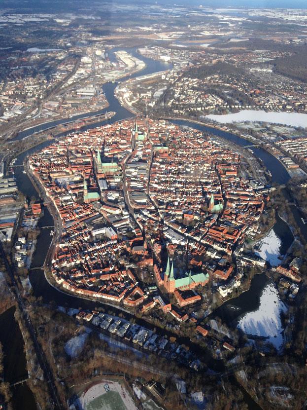 Die Altstadt der Hansestadt Lübeck. Blickrichtung entlag der Trave nach Travemünde (von Süd nach Nord)