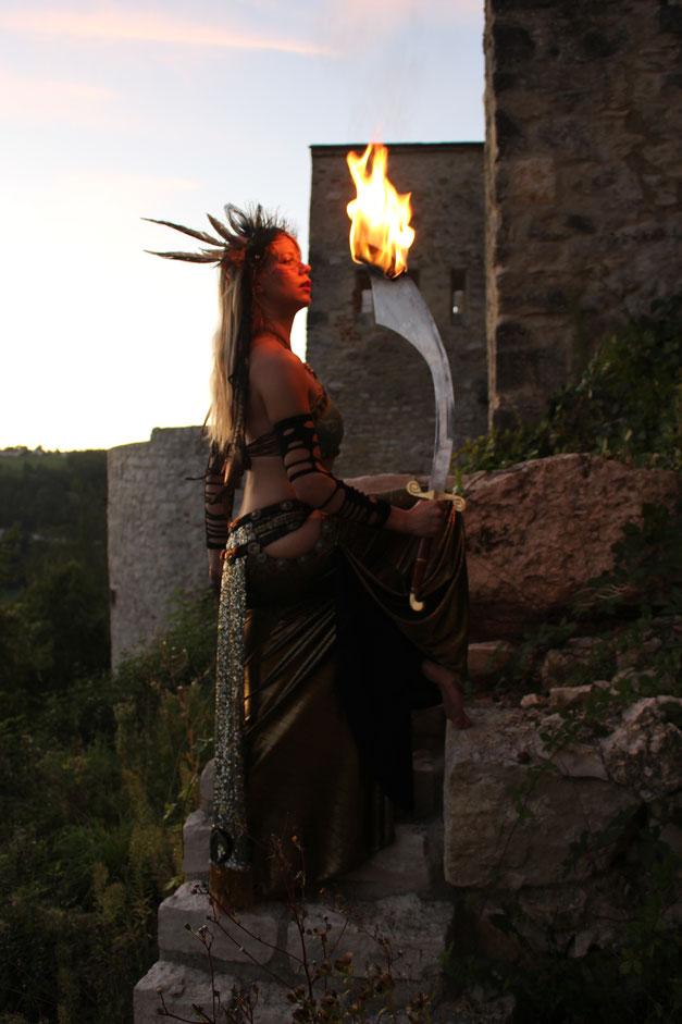 Feuersäbeltanz. Ein Tempeltanz mit Feuer von Simon Isabell