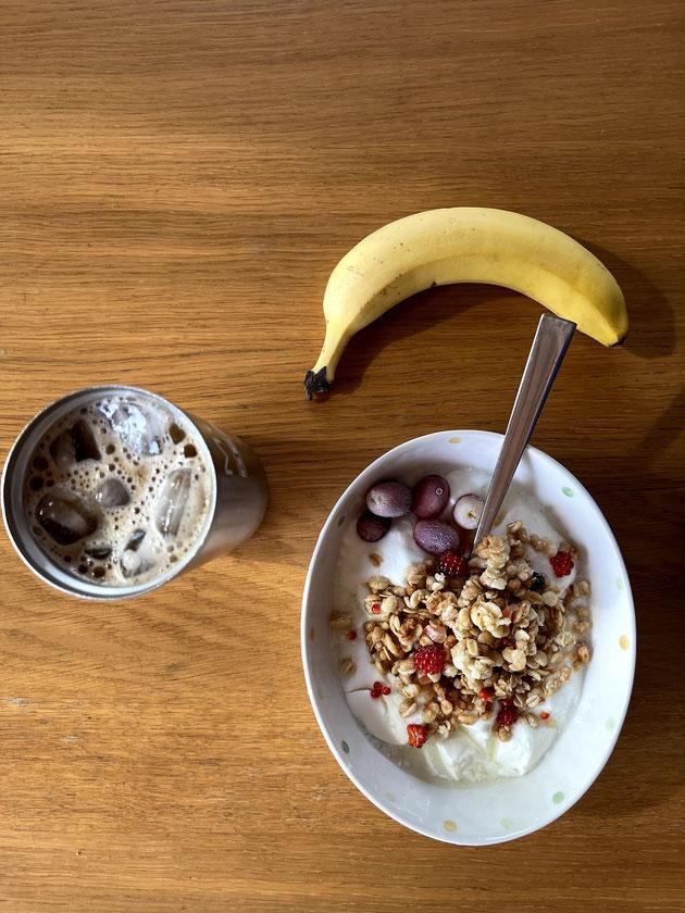 柴ちゃんの朝食!カフェオレとヨーグルトとバナナ!