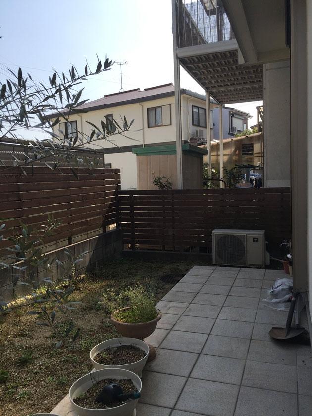 お庭の半分を占めるタイルテラス。大きさが中途半端で使えないし、雑草も生える・・・