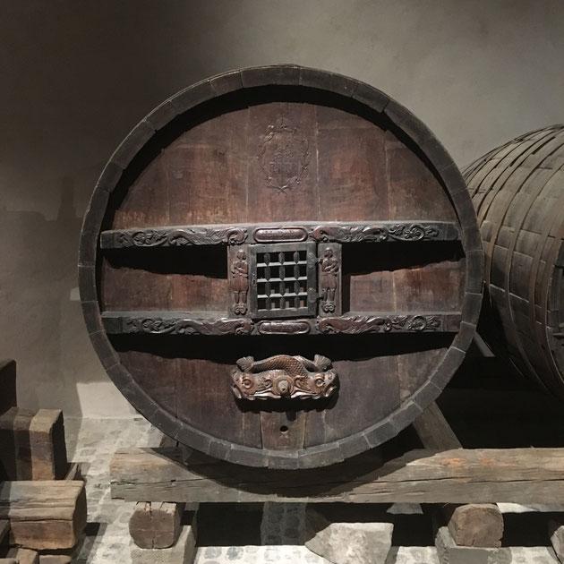 Les grandstonneaux sont ornés de nombreux décours et munis de grillesfermant à clef permettant au propriétaire de sécuriser le robinet pour de se prémunir de tout vol. Musée Unterlinden