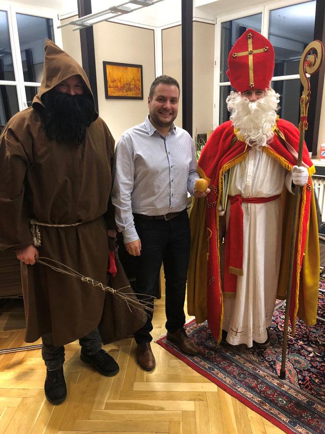Der heilige Nikolaus war mit Knecht Rupprecht zu Besuch im Teisnacher Rathaus. Er brachte den Mitarbeiterinnen und Mitarbeitern einen Apfel vorbei. Hoffentlcih waren auch alle brav...?