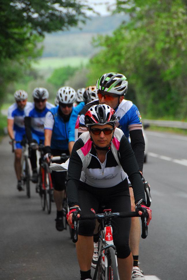 Rennradfahrer rollen durch die Toskana. Urlaub mit dem Rennrad wird zum Erlebnis.