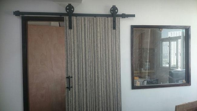 共享空間/ 分間單位/ 劏房裝修/ 木榔分間裝修:此分間單位為爭取空間,用路軌趟門取代普通門。市面上並沒有合適美觀的趟門購買,故由我們師傅親自製作。