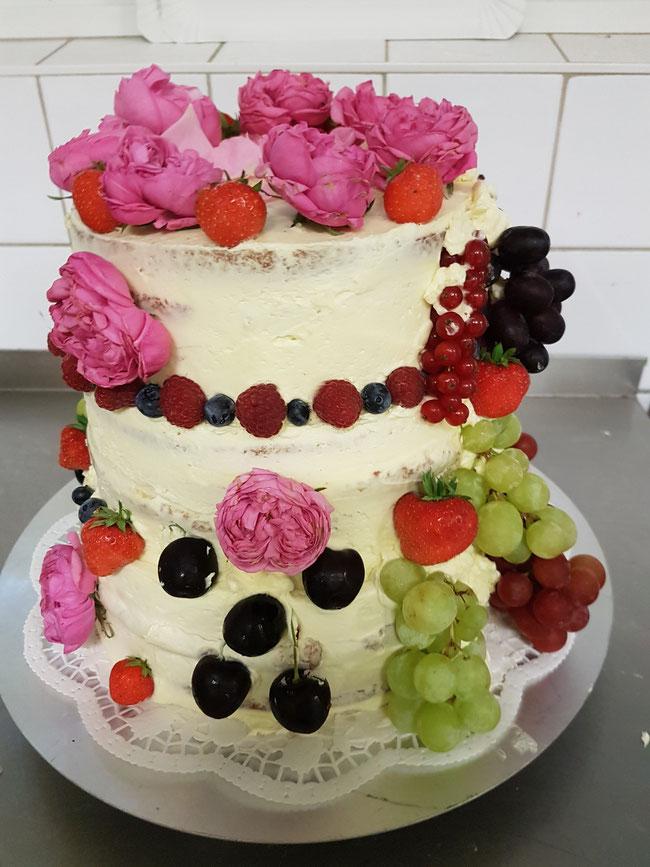 Naked Cake mit frischen Rosen und frischem Obst