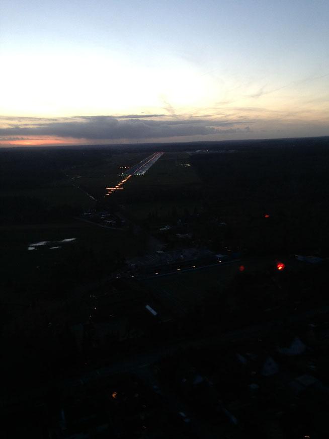 Abendlicher Anflug auf die Landebahn 25 in Lübeck